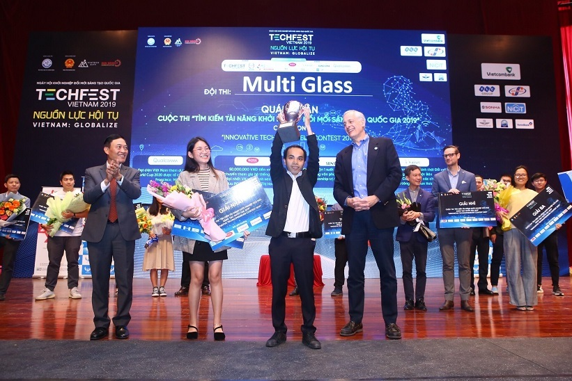 MultiGlass nhận giải quán quân cuộc thi khởi nghiệp đổi mới sáng tạo quốc gia 2019. Ảnh: TF