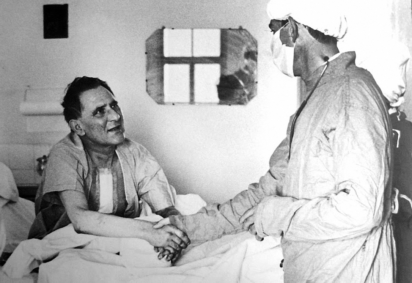 Bệnh nhân Louis Washkansky tỉnh lại sau ca ghép tim đầu tiên. Ảnh: Times.