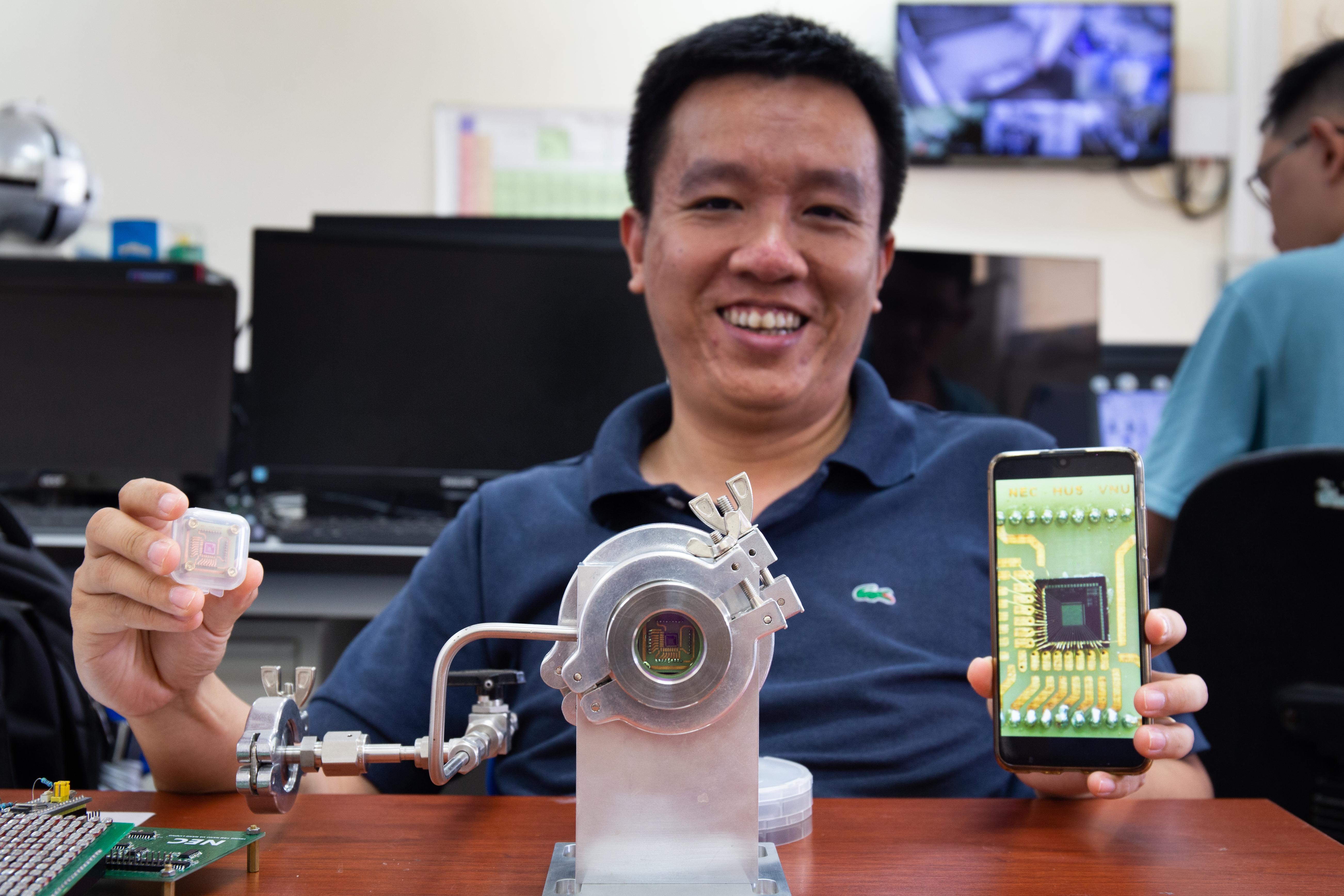 TS Nguyễn Trần Thuật, ĐH Khoa học tự nhiên, ĐH Quốc gia Hà Nội, giới thiệu cảm biến nhiệt do nhóm của anh nghiên cứu. Ảnh: Hoàng Nam