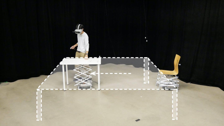 Người dùng đang trải nghiệm công nghệ thực tế ảo trong RoomShift. Ảnh: newatlas.com