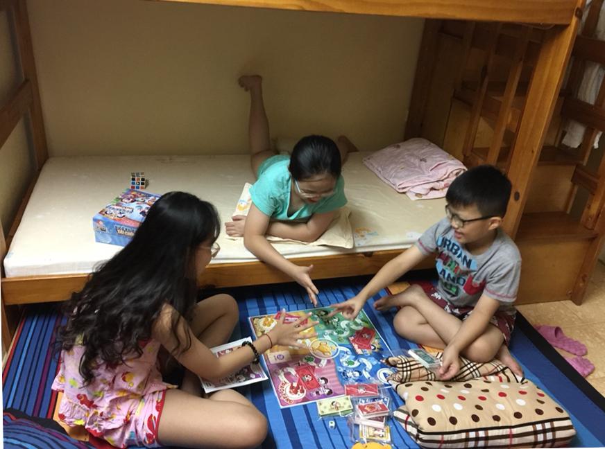 Trẻ em chơi boardgame đường đua tài chính. Ảnh: NVCC