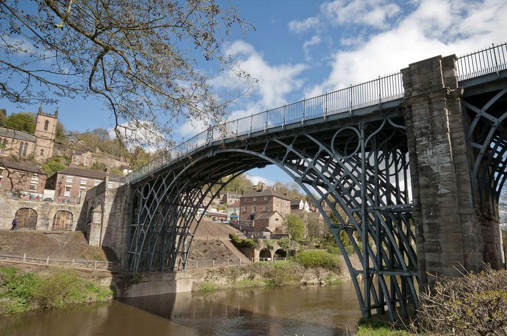Iron Bridge là cây cầu đầu tiên trên thế giới được làm bằng gang. Ảnh: Flickr.