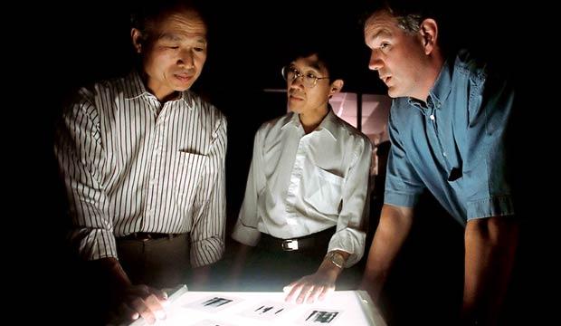 Phát hiện ra Virus viêm gan C của George Kuo, Qui-Lim Choo và Michael Houghton (từ trái sang) vào năm 1989 là chiến thắng vang dội hồi đó. Ảnh: Massachusetts Genaral Hospital.