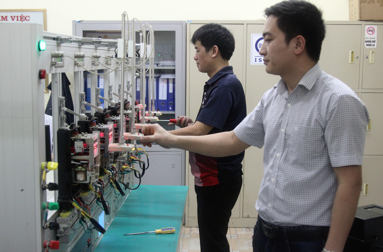 Viên chức của Trung tâm Kỹ thuật Tiêu chuẩn - Đo Lường - Chất lượng Hải Dương đang kiểm định công tơ điện 3 pha. Ảnh: Hải Ninh/haiduongdost.gov.vn