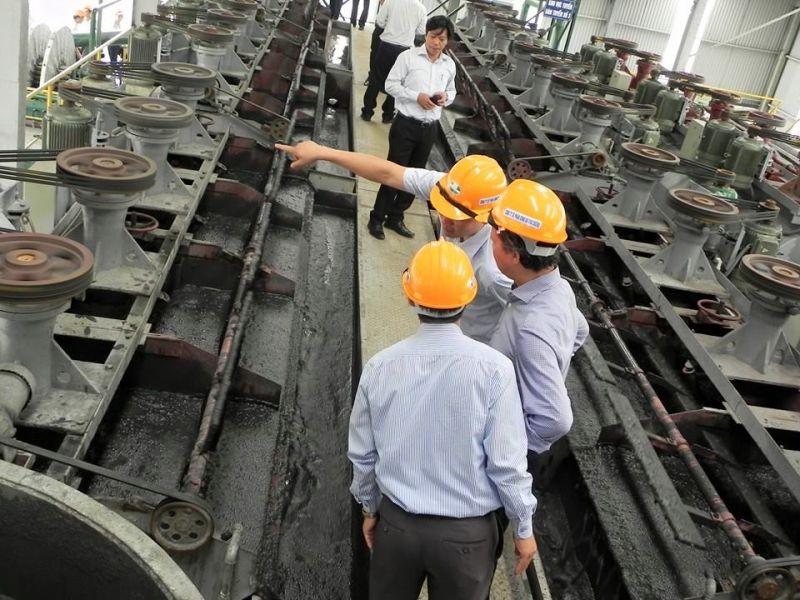 Các doanh nghiệp sử dụng tro, xỉ than, thạch cao làm nguyên liệu sản xuất vật liệu xây dựng.