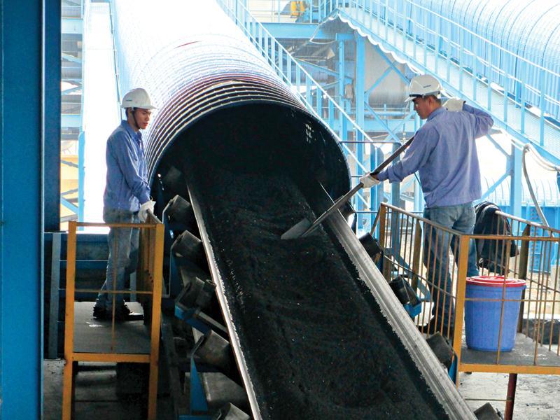 Công ty Giám định than - TKV thực hiện lấy mẫu kiểm định chất lượng than qua hệ thống băng tải ống tại Nhà máy Nhiệt điện than Mông Dương. Ảnh: Việt Cường/Báo Quảng Ninh