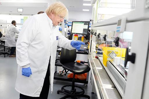 Thủ tướng Anh Boris Johnson tới thăm các phòng thí nghiệm xét nghiệm Covid-19 của Trung tâm Sinh học Anh ở Milton Keynes ngày 13/6/2020. Nguồn: ukbiocentre.com
