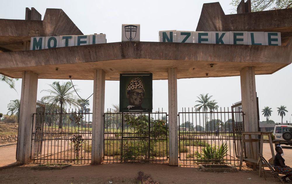 Khách sạn Motel Nzekele hiện vẫn mở cửa cho du khách với giá 50 USD/phòng/đêm. Ảnh: Sean Smith.