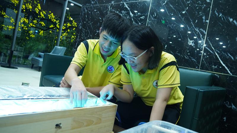 Linh Ngân và Nhật Minh thực hiện đóng bể tuần hoàn xử lý nước thải. Ảnh: NVCC