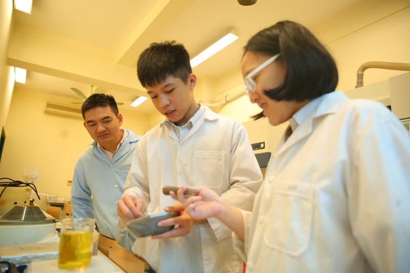 Hoàng Nhật Minh và Bùi Linh Ngân thực hiện nghiên cứu dưới sự hướng dẫn của PGS.TS Nguyễn Cao Khang. Ảnh: NVCC