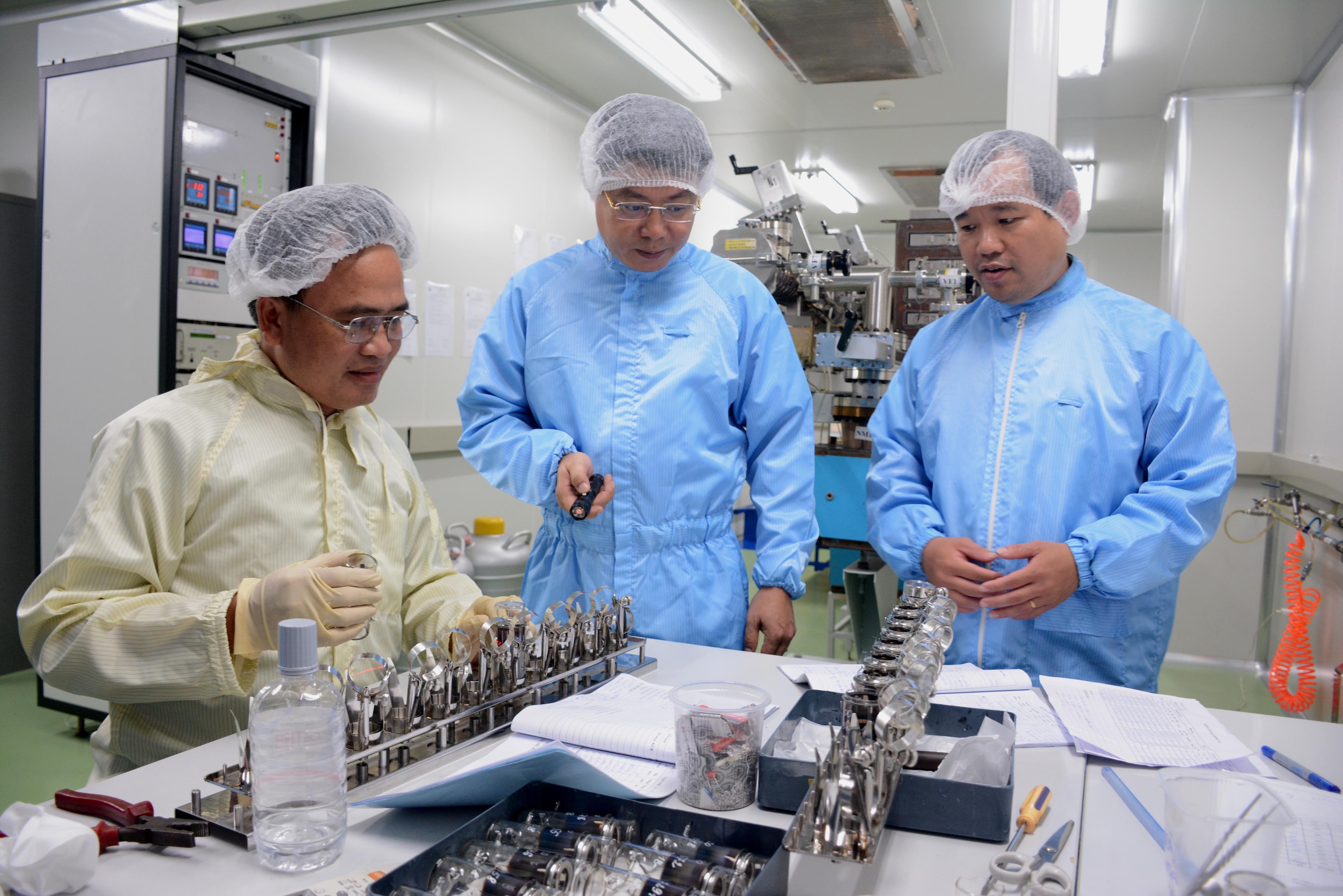 Kiểm tra quy trình sản xuất ống khuếch đại ánh sáng thế hệ 2+. Ảnh: VŨ DUNG.