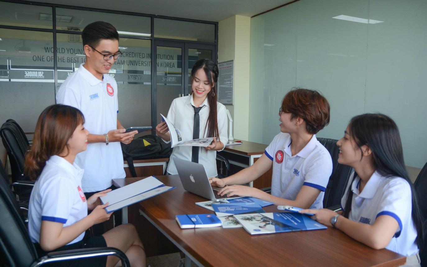 Việt Nam hiện có 352 chương trình liên kết quốc tế đang hoạt động, trong đó bậc đại học có 192 chương trình, bậc cao học có 153 chương trình, và bậc tiến sĩ có 7 chương trình. Trong ảnh: Sinh viên chương trình Cử nhân Quản trị Kinh doanh Quốc tế Việt – Hàn, Đại học Ngoại thương. Nguồn: ttvn.toquoc.vn