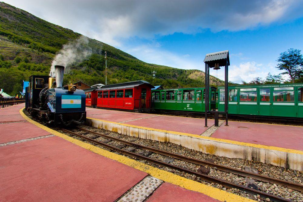 Tuyến đường sắt Nam Fuegian hay Tren del Fin del Mundo đang hoạt động để phục vụ du khách. Ảnh: Colm Linehan/Flickr.