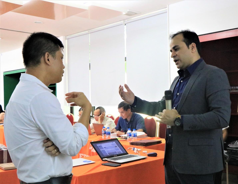 Từ năm 2019, Đại học FPT trở thành đối tác chiến lược của Coursera, cho phép sinh viên của trường toàn quyền tiếp cận hơn 3.000 khóa học trực tuyến trên nền tảng này. Trong ảnh: Giảng viên Đại học FPT tìm hiểu về các chương trình học trực tuyến với đại diện của Coursera. Nguồn: fpt.edu.vn