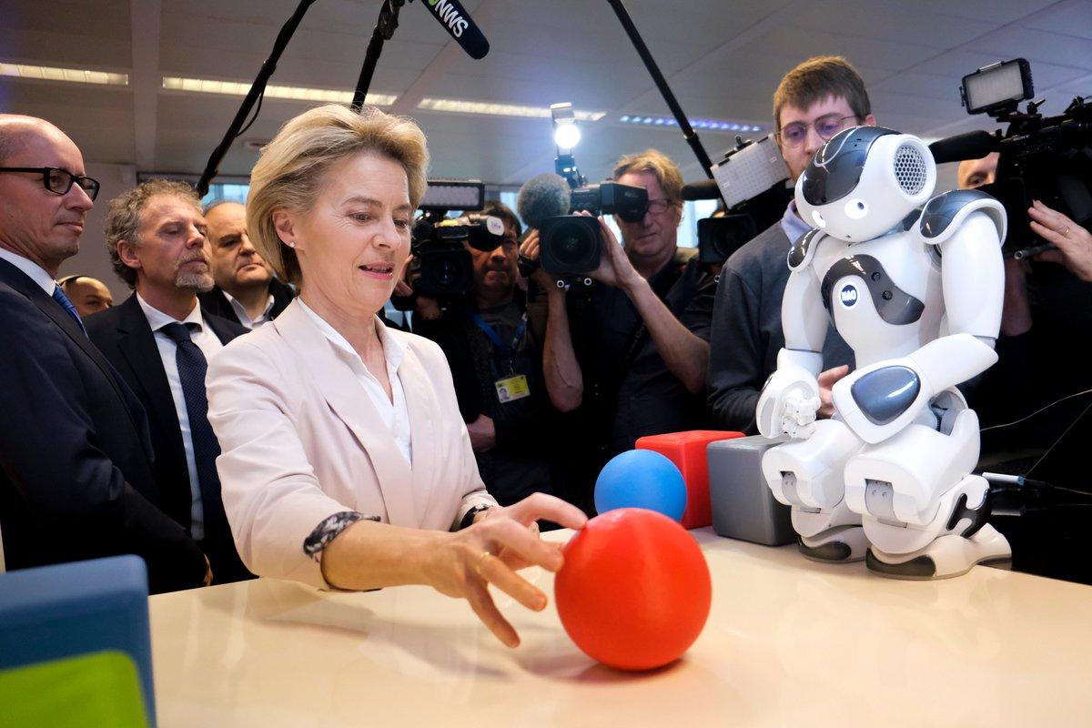 Bà Ursula von der Leyen, chủ tịch EC tới thăm Trung tâm trải nghiệm AI của trường Đại học Vrije Brussel vào tháng 1/2020. Nguồn: Twitter