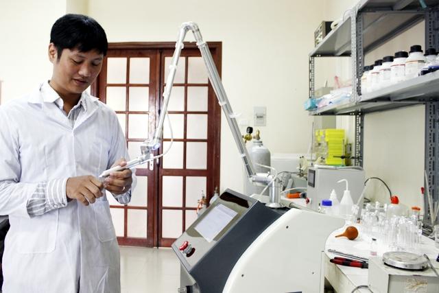 Xuất phát điểm là doanh nghiệp nhỏ, Công ty CP Công nghệ Plasma Việt Nam là đơn vị đầu tiên ở Việt Nam sản xuất thành công máy phát tia plasma lạnh PlasmaMed giúp diệt khuẩn, chữa lành viết thương. Nguồn: tiasang