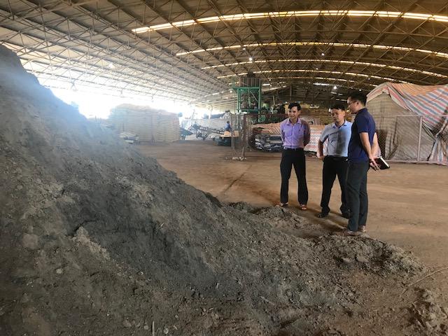 Nhóm nghiên cứu tham quan nhà máy sản xuất phân bón thuộc công ty mía đường Lam Sơn. Ảnh: NVCC