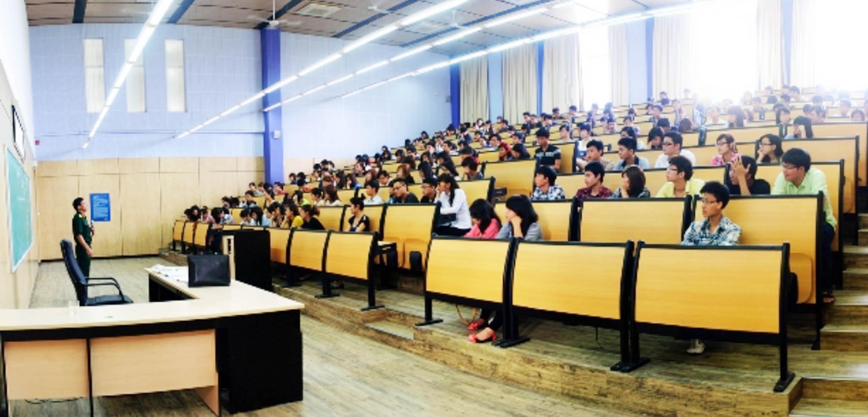 Năm 2005, Chính phủ chính thức công nhận loại hình đại học tư thục. Trước đó, hệ thống ngoài công lập lúc đó chỉ tồn tại loại hình dân lập và bán công. Trong ảnh: Sinh viên Đại học Thăng Long trên giảng đường. Đây là trường đại học dân lập đầu tiên ở Việt Nam, ra đời năm 1989. Nguồn: giaoducthoidai.vn