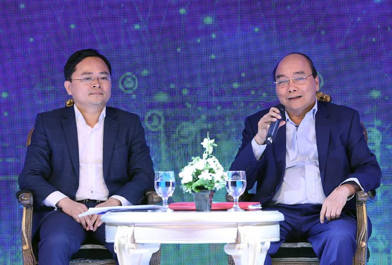 Thủ tướng Chính phủ Nguyễn Xuân Phúc đối thoại với thanh niên khởi nghiệp. Ảnh: TF