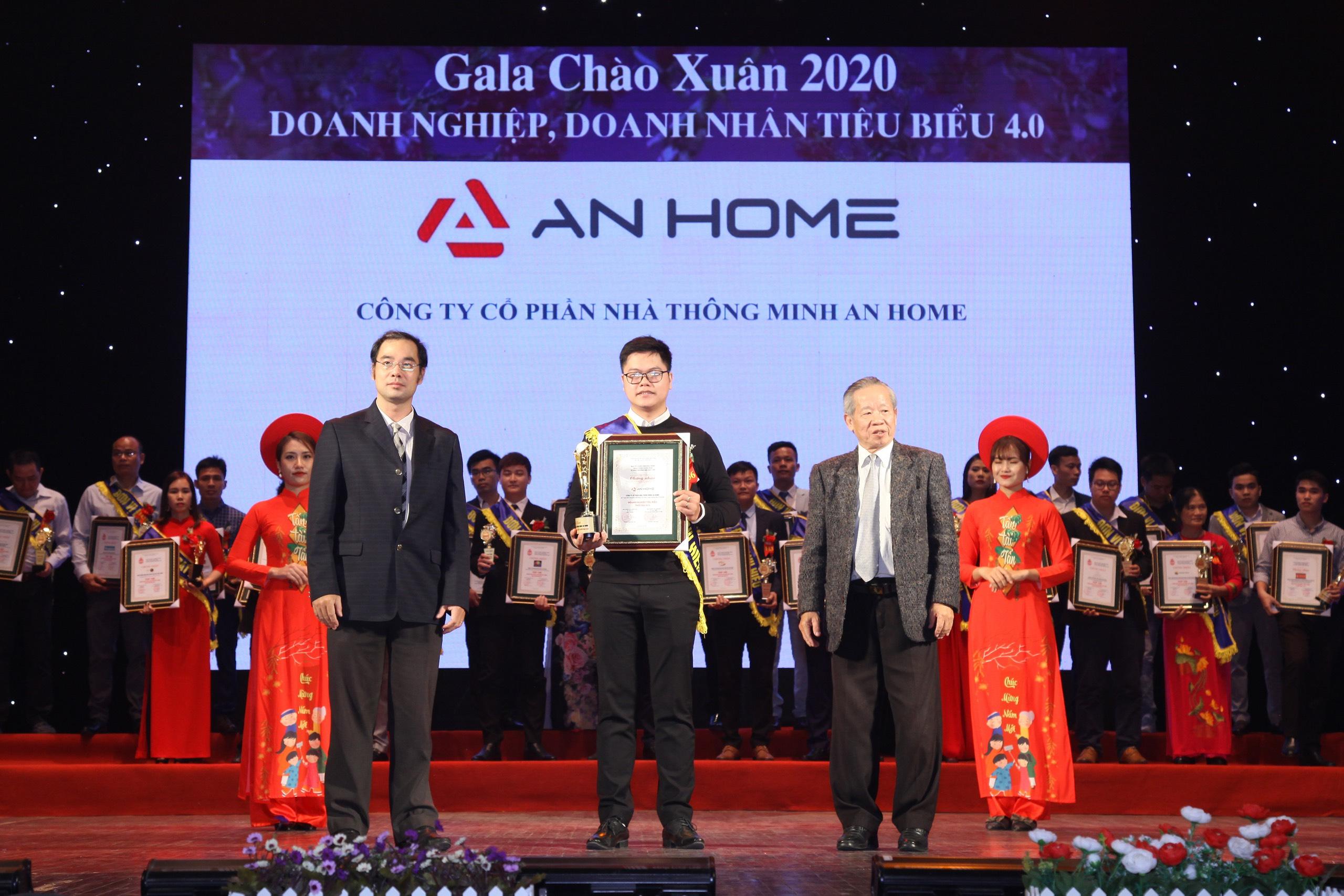 CEO AnHome Bùi Thành Ninh (giữa) nhận chứng nhận Doanh nghiệp, doanh nhân tiêu biểu 4.0 tại Gala chào Xuân 2020 - Tự hào thương hiệu Đất Việt | Nguồn: Thương hiệu & Công luận