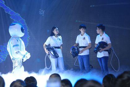 Mũ cách ly đi dộng được trình diễn trên sân khấu TECHFEST 2020. Ảnh: CESTC