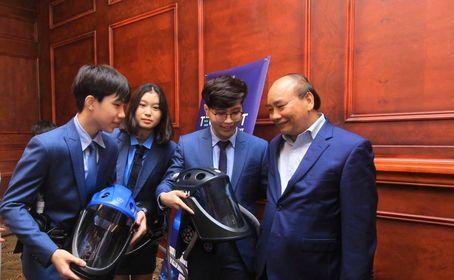 Các nhà sáng chế trao đổi với Thủ tướng Nguyễn Xuân Phúc. Ảnh: CESTC