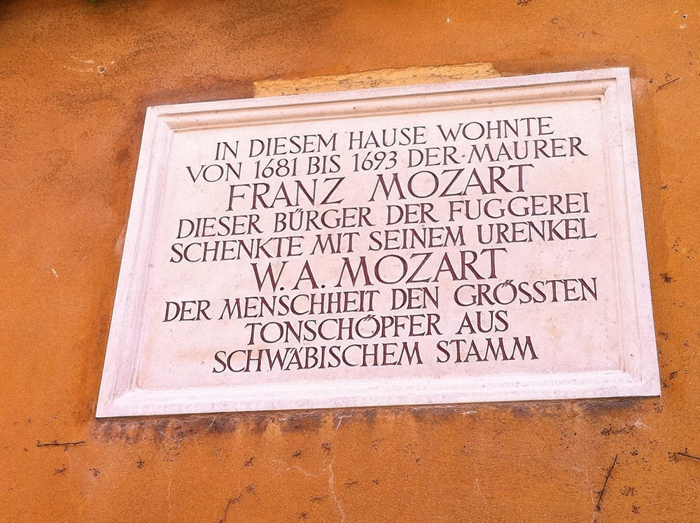 Tấm bảng khắc tên ông cố của thiên tài soạn nhạc Mozart trước ngôi nhà ở Fuggerei. Ảnh: Jennifer Boyer/Flickr.