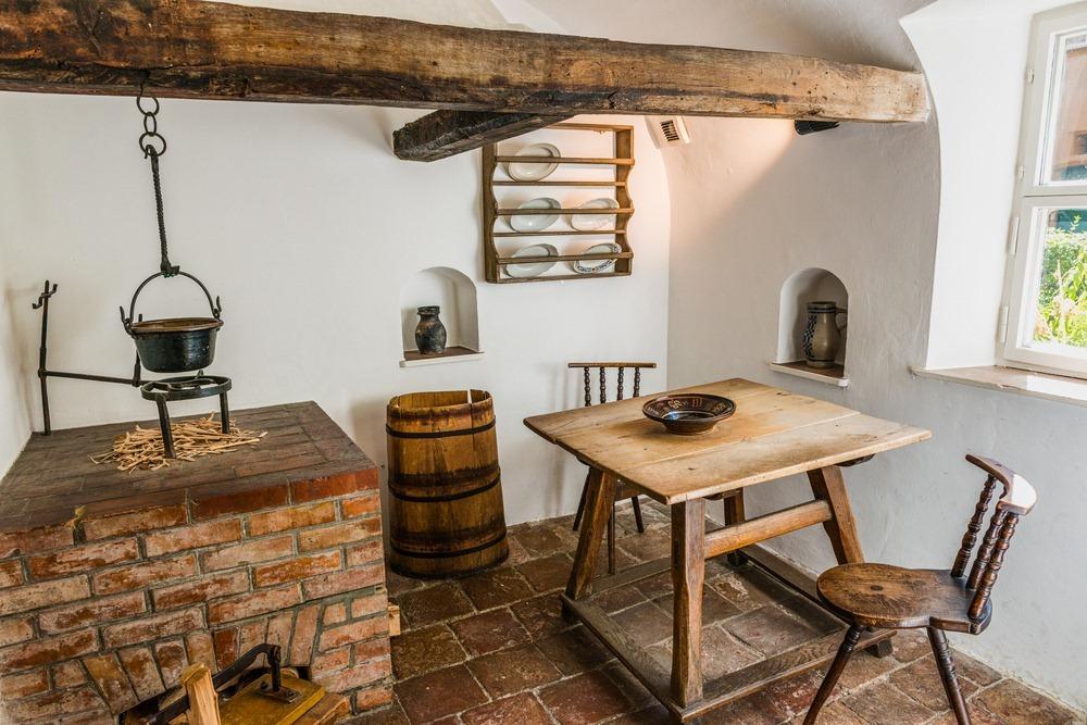 Gian bếp mang phong cách xa xưa bên trong một căn hộ. Ảnh: PlusONE/Shutterstock.