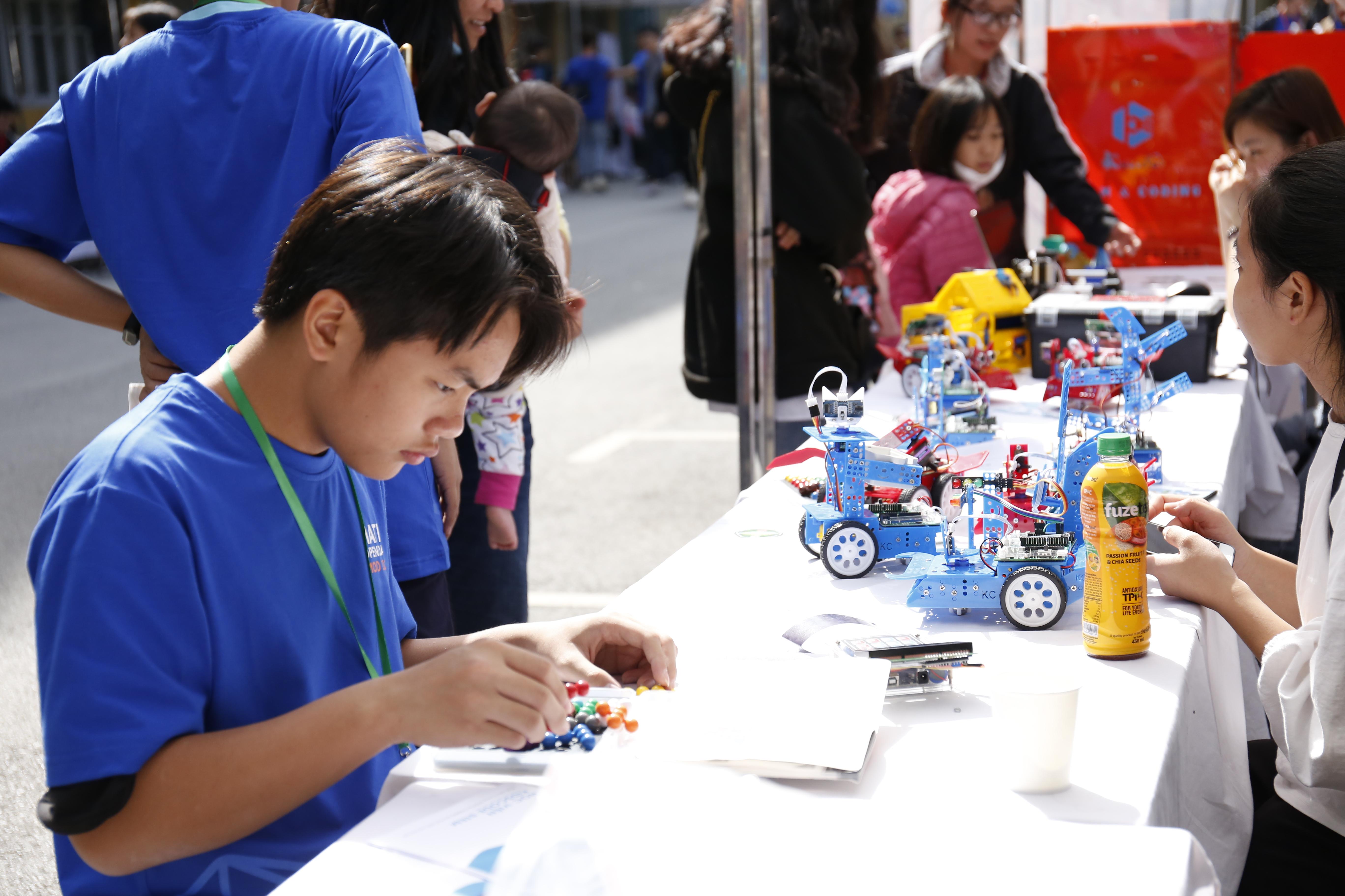 """Các robot được lập trình tự động của Học viện Kidscode. Đây là sản phẩm của những học viên ở Học viện Kidscode. """"Sản phẩm trưng bày ở đây để mọi người tham quan khám phá, nếu mọi người muốn tìm hiểu thêm về việc lập trình thì mọi người có thể sang bên trung tâm để tham quan"""", theo người phụ trách gian hàng của Kidscode."""