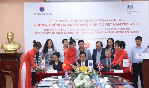 Đại diện Bộ Y tế, Công ty GlaxoSmithKline Pte Ltd tại Việt Nam và Đại sứ Anh ký kết biên bản ghi nhớ. Ảnh: ĐSQ Anh
