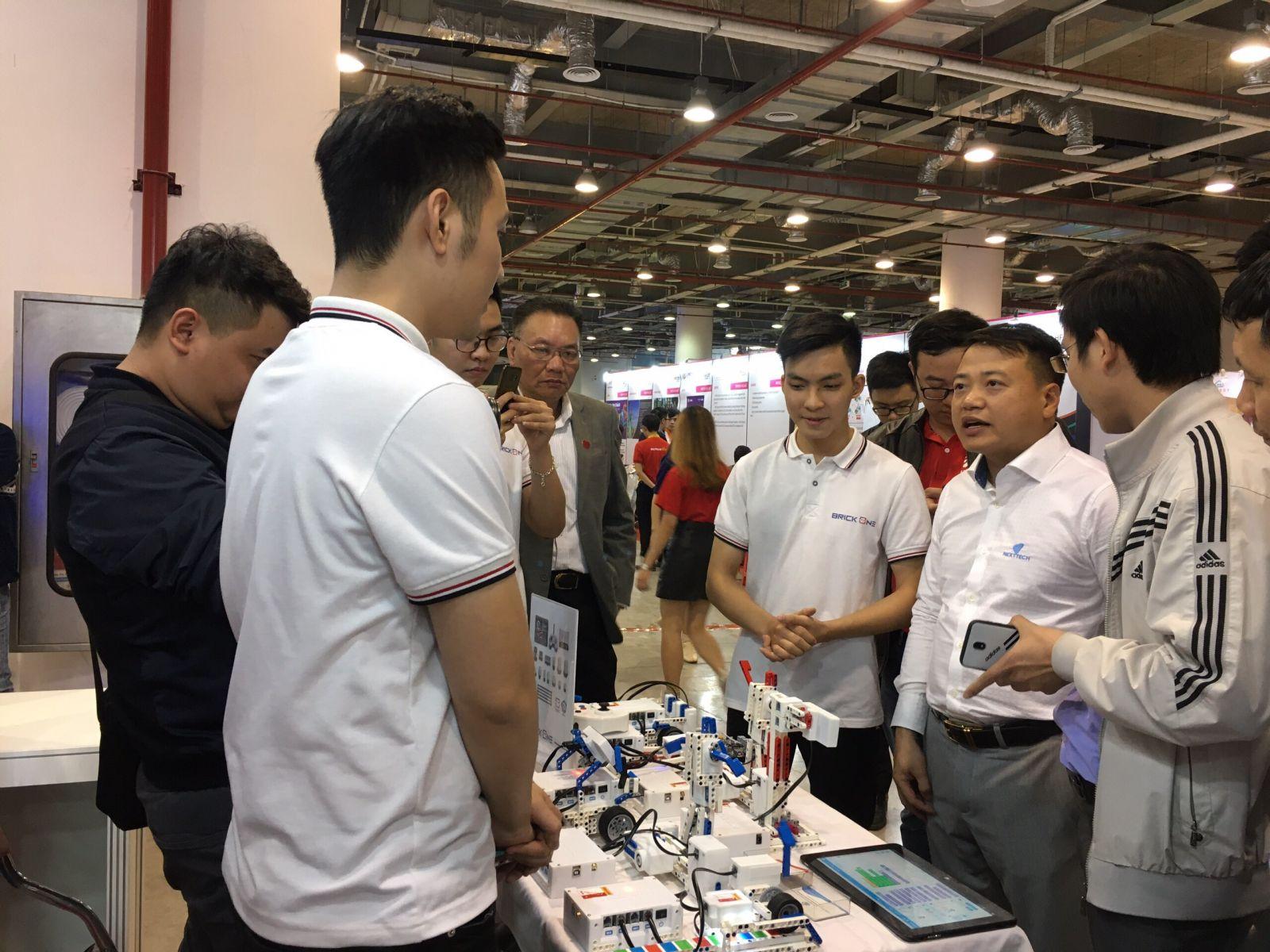 Ông Nguyễn Hòa Bình - Chủ tịch NextTech tham quan gian trưng bày tại Techfest.