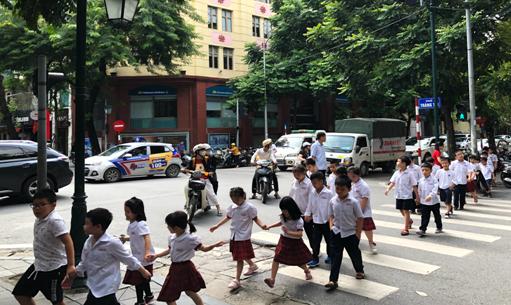 Thành lập câu lạc bộ/nhóm phụ huynh tham gia tình nguyện hỗ trợ đưa đón học sinh tới trường an toàn.