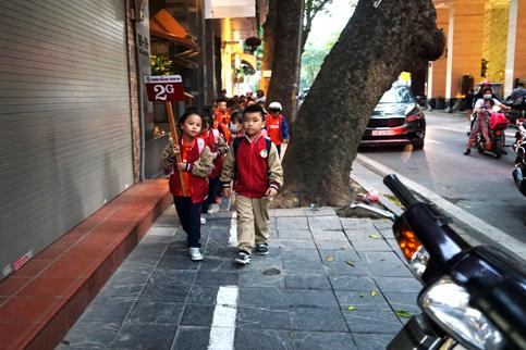 Sơn vạch kẻ đường trên tuyến đường Quang Trung - Nhà Chung để dành 1/3 vỉa hè cho trẻ đi bộ