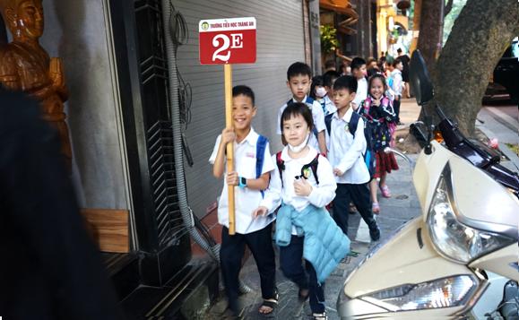 Mặc dù vẫn chung đường với các phương tiện đỗ xe trên vỉa hè, phần đường kẻ riêng cho phép học sinh đi hàng đôi với nhau đến trường
