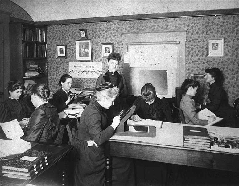 """Leavitt và các nữ nhân viên tại Đài quan sát thuộc Đại học Harvard được ví như những chiếc """"máy tính"""". Ảnh: Wikimedia"""