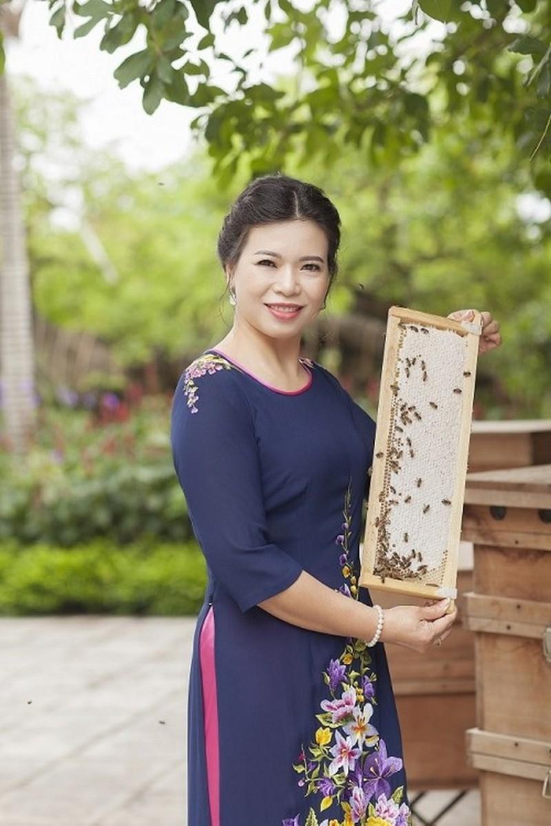 Bà Lê Thị Nga, Tổng Giám đốc Honeco, đứng cạnh thùng nuôi ong theo kỹ thuật thùng kế. Nguồn: Honeco
