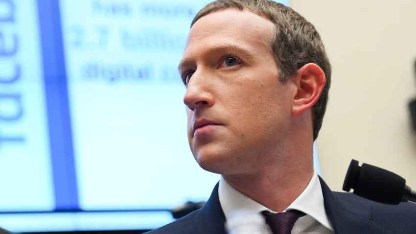 Chủ tịch kiêm Giám đốc điều hành Facebook Mark Zuckerberg tại phiên điều trần của Ủy ban Dịch vụ Tài chính Hạ viện ở Washington năm ngoái. Ảnh: Nbcboston