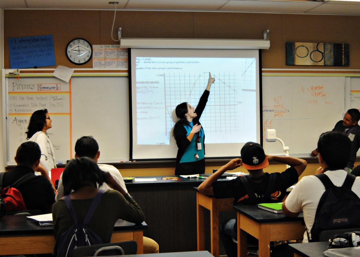Học viện Nhân quyền Công lý Xã hội (SJHA) ở Los Angeles cống hiến hoàn toàn cho việc đảm bảo mọi học sinh đều cảm thấy an toàn và gắn kết khi là một thành viên của tập thể. Ngôi trường này chủ yếu phục vụ học sinh thuộc cộng đồng Latin và con em những gia đình thu nhập thấp. Ảnh: medium.com