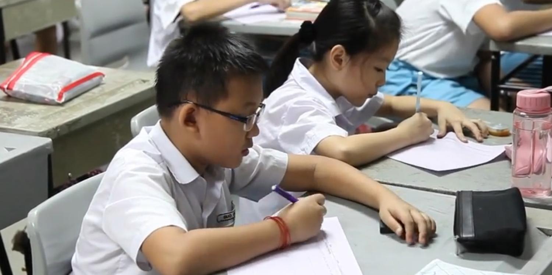 Niềm tin vào nhân tài được định nghĩa là niềm tin rằng trong một hệ thống xã hội, thành công của cá nhân phụ thuộc hoàn toàn vào năng lực và nỗ lực của họ. Singapore là một đất nước sử dụng niềm tin vào chế độ nhân tài một cách vô cùng mạnh mẽ, đặc biệt là với hệ thống giáo dục. Ảnh minh họa: Học sinh tiểu học Singapore. Nguồn: MRNews