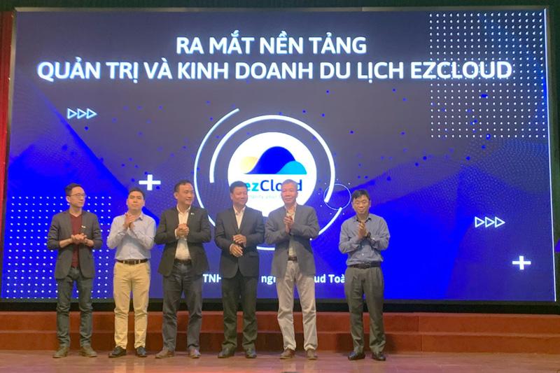 Đại diện Bộ TT&TT, VCCI... chứng kiến sự ra mắt của nền tảng ezCloud. Ảnh: VN