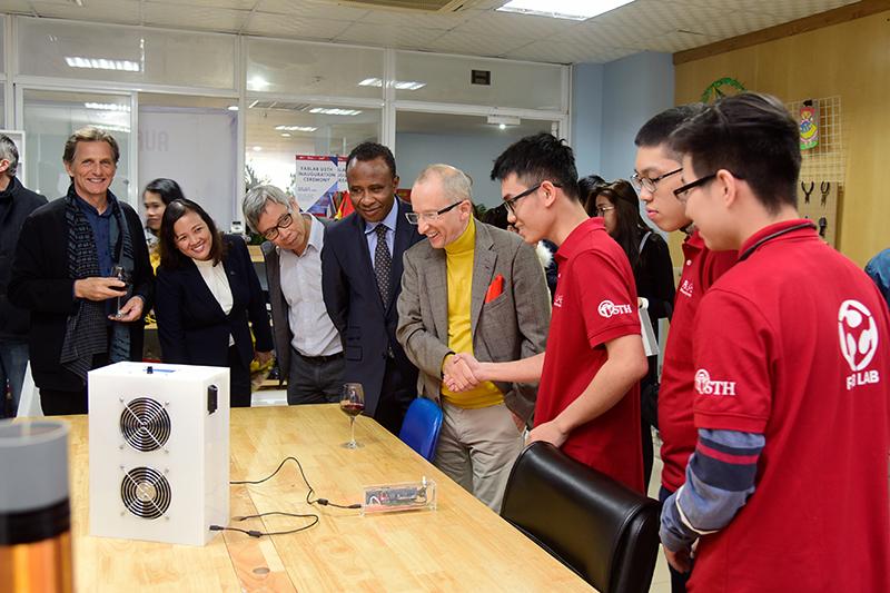 Sinh viên USTH giới thiệu về sản phẩm prototype được tạo ra tại Fablab USTH.