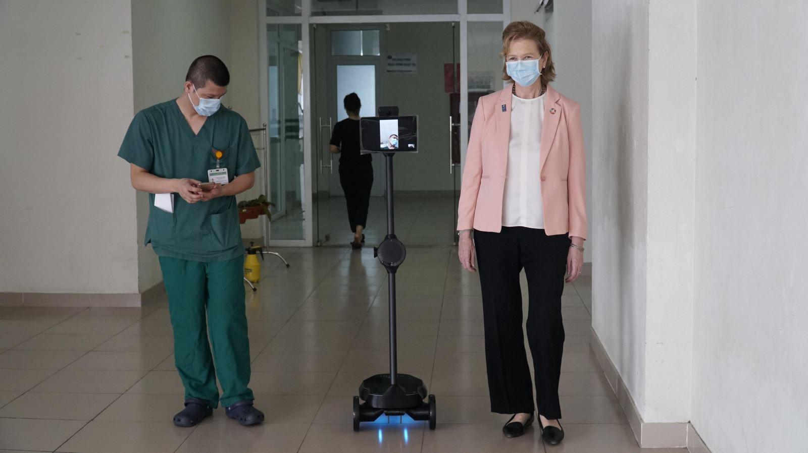 Bệnh viện Bệnh nhiệt đới Trung ương và UNDP thử nghiệm Ohmni robot trong thời kì Covid-19 | Nguồn: BV BNDTW