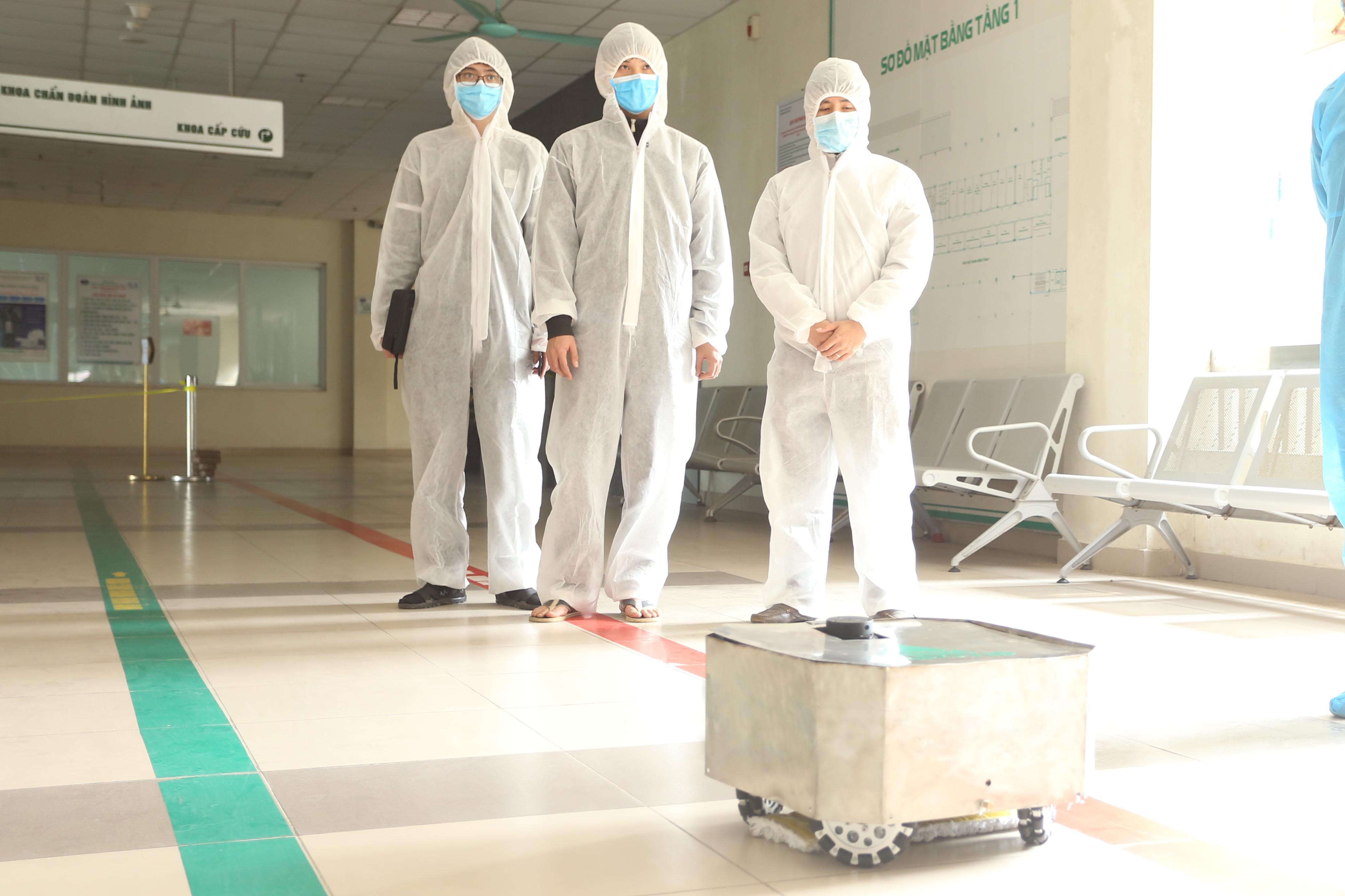 Thí điểm Robot khử khuẩn tại Bệnh viện Bệnh nhiệt đới Trung ương | Nguồn: BV