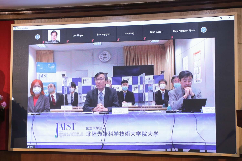 Chủ tịch JAIST và các nghiên cứu viên của Viện tham dự Hội thảo trực tuyến từ Nhật.