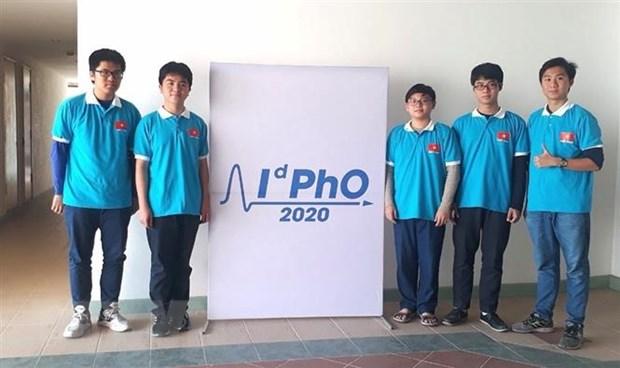 Năm học sinh tham dự Olympic Vật lý quốc tế 2020 đều giành huy chương.Ảnh: TTXVN