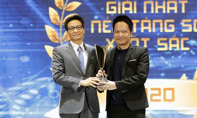 Ông Phạm Kim Hùng đại diện Base.vn nhận giải thưởng Make in Viet Nam. Ảnh: Vnexpress.vn