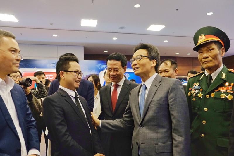 Ông Cao Hoàng Anh - trình bày với Phó Thủ tướng Vũ Đức Đam về các giải pháp giúp doanh nghiệp chuyển đổi số. Ảnh: FSI