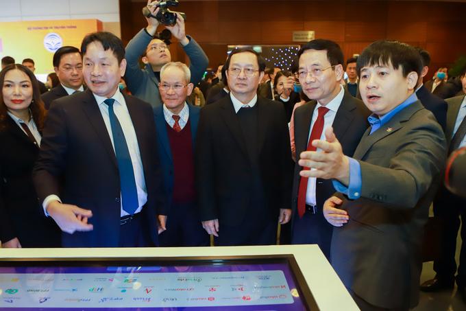 Bộ trưởng Bộ KH&CN Huỳnh Thành Đạt (thứ 3 từ phải sang) và Bộ Trưởng Bộ TT&TT Nguyễn Mạnh Hùng nghe FPT giới thiệu về công nghệ. Ảnh: Vnexpress.vn