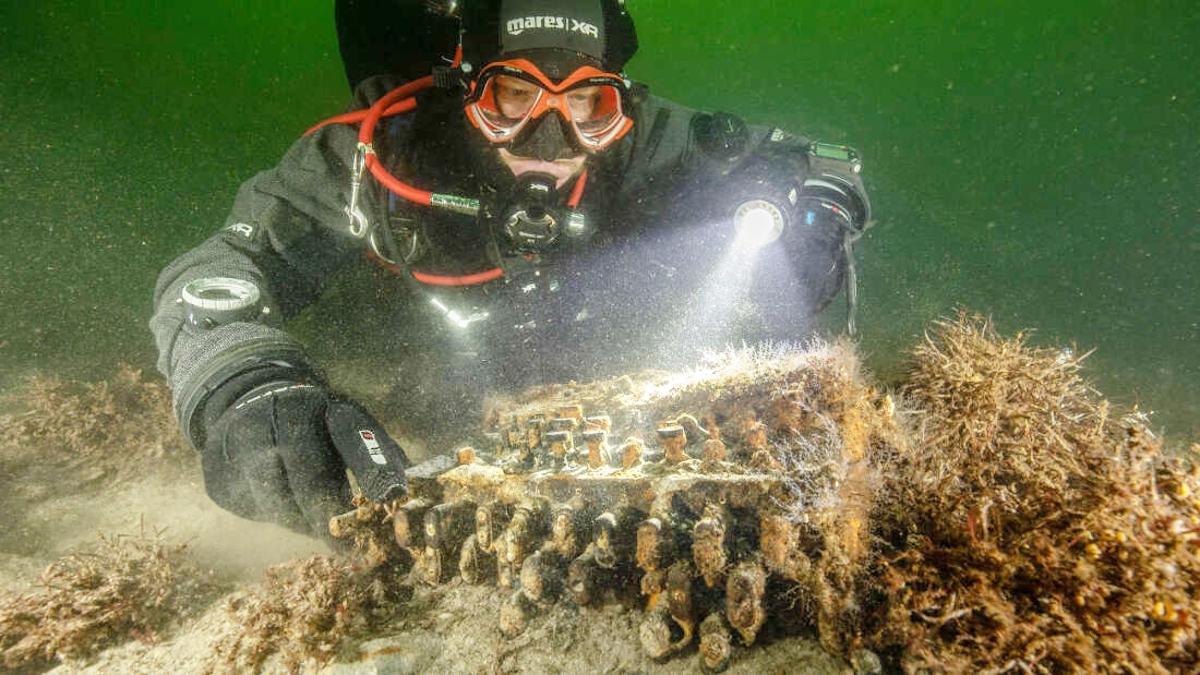 Nhóm thợ lặn tình cờ phát hiện cỗ máy Enigma. Ảnh: Submaris