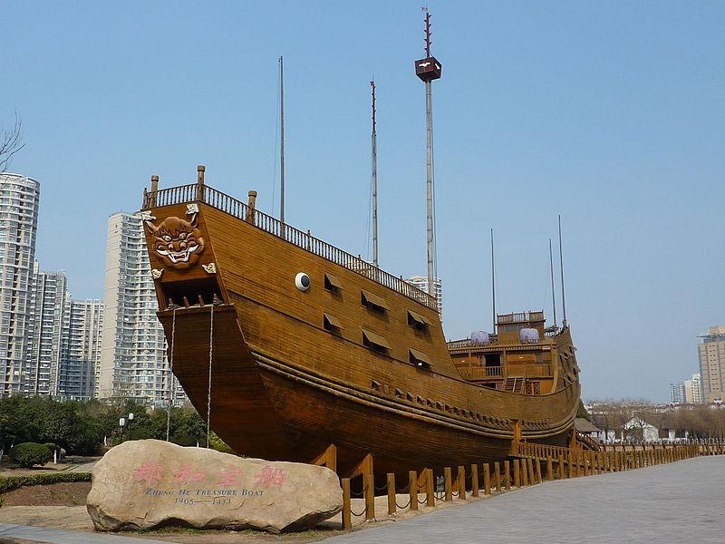 Mô hình tàu kho báu cỡ trung (dài 63,25m) của Trịnh Hòa tại công viên thủy xưởng ở Nam Kinh, được kết cấu từ xi măng cùng nhiều tấm ván gỗ.